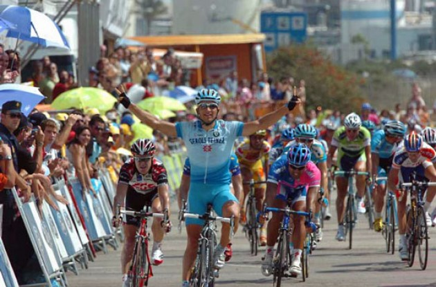 Robert Förster takes the stage win for Team Gerolsteiner. Photo copyright Fotoreporter Sirotti.