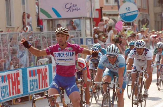 Paolo Bettini (Quick Step-Innergetic) takes the stage win ahead of Olaf Pollack. Photo copyright Fotoreporter Sirotti.