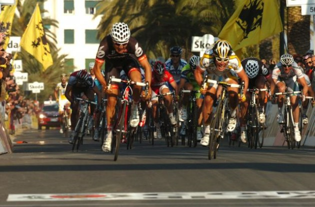 Heinrich Haussler battles Mark Cavendish in the 2009 Milan-San Remo. Photo copyright Fotoreporter Sirotti.