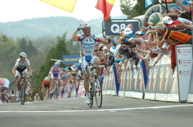 Davide Rebellin wins the 2009 Fleche Wallonne.