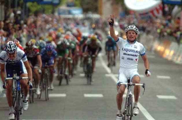 Di Luca takes the win. Photo copyright Fotoreporter Sirotti.