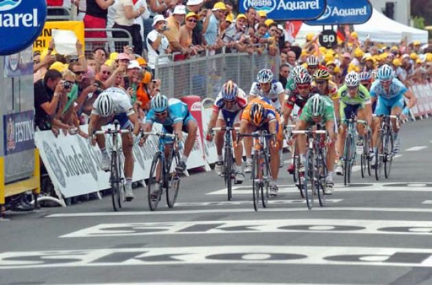 Oscar Freire (Rabobank) takes the stage win ahead of McEwen. Photo copyright Fotoreporter Sirotti.