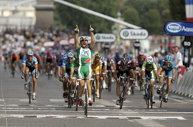 "Thor Hushovd takes the stage win on Champs Elysées. Photo copyright Ben Ross/Roadcycling.com/<A HREF=""http://www.benrossphotography.com"" TARGET=_BLANK>www.benrossphotography.com</A>."
