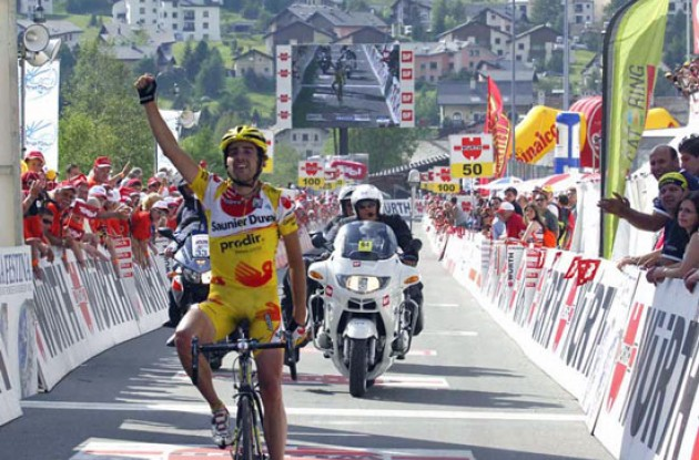 Koldo Gil takes the stage win and the overall lead. Photo copyright Fotoreporter Sirotti.