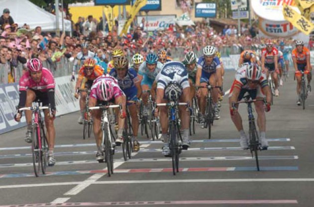 McEwen beats Petacchi, O'Grady and Zabel in a very close sprint. Photo copyright Fotoreporter Sirotti.