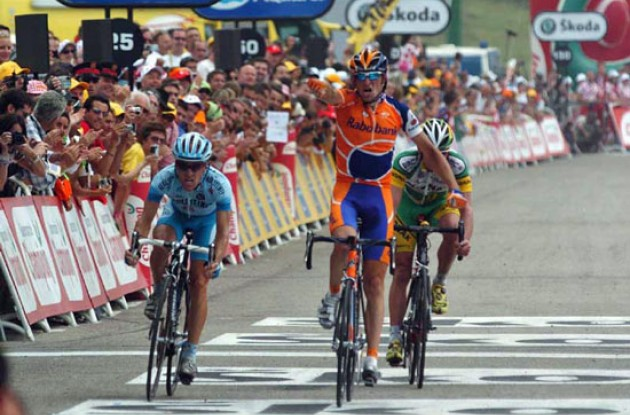 Denis Menchov takes a great stage win ahead of Leipheimer and Landis. Photo copyright Fotoreporter Sirotti.