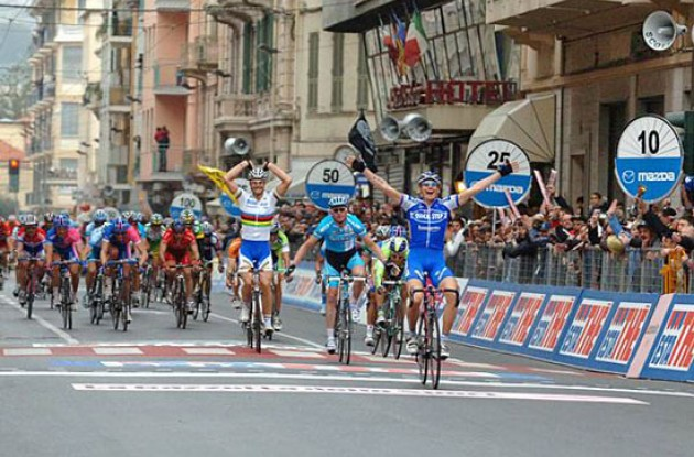 Pozzato takes the win ahead of Petacchi. Photo copyright Roadcycling.com.