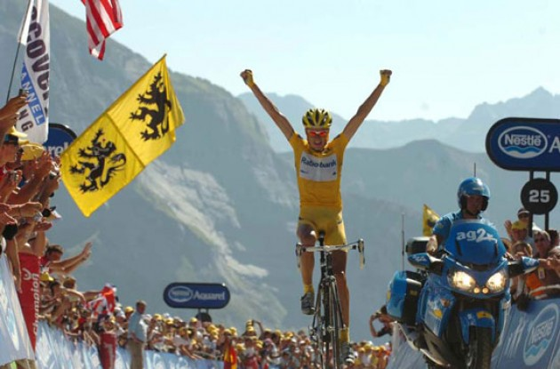 Denmark's Michael Rasmussen wins the stage on Col d'Aubisque. Photo copyright Fotoreporter Sirotti.