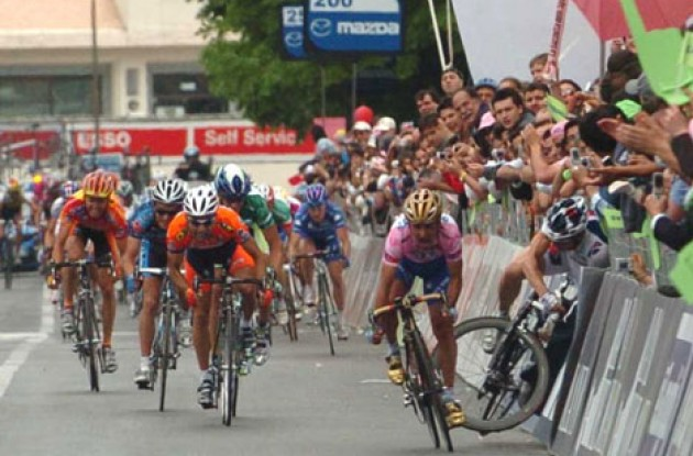Bettini forces Cooke into the barrier. Photo copyright Fotoreporter Sirotti.