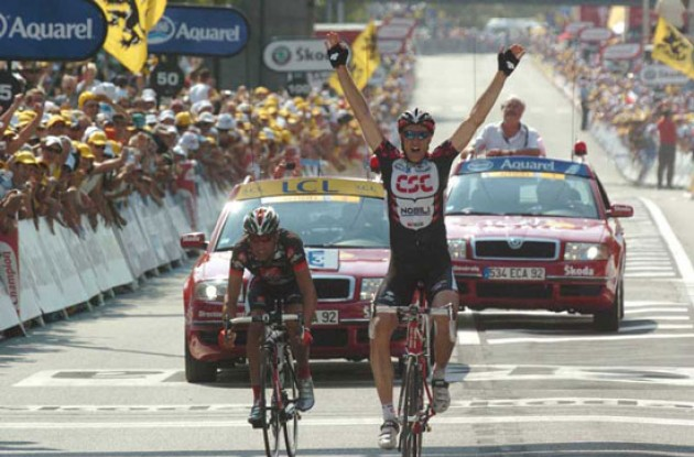 Jens Voigt takes the stage win ahead of Oscar Pereiro. Photo copyright Fotoreporter Sirotti.