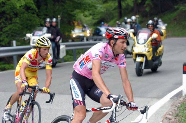 Ivan Basso leads Gilberto Simoni. Photo copyright Fotoreporter Sirotti.