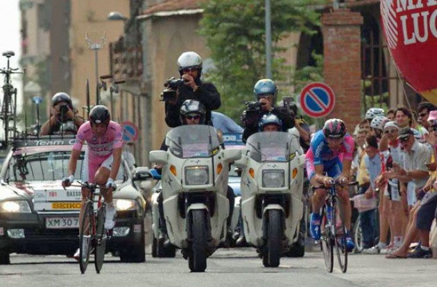 Basso vs. Cunego. Photo copyright Fotoreporter Sirotti.
