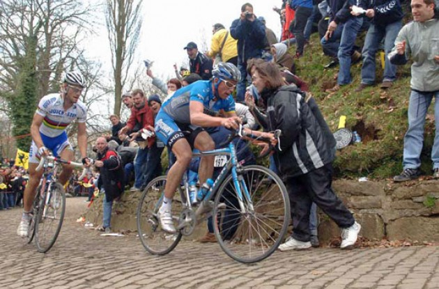 Leif Hoste (Discovery Channel) leads Tom Boonen (Quick Step). Photo copyright Fotoreporter Sirotti.