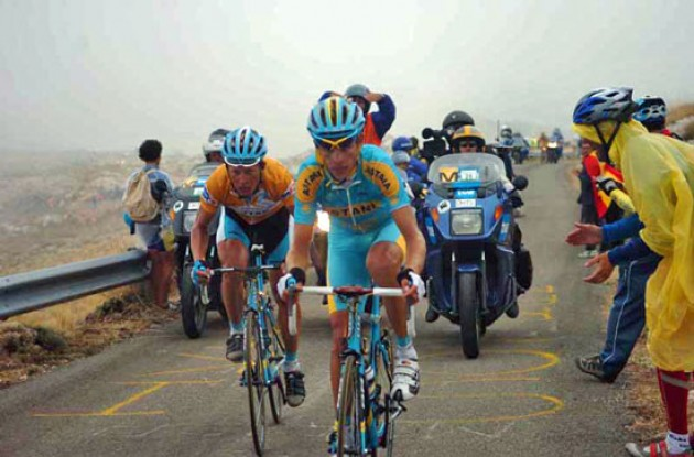 Kashechkin leads Vinokourov up the final climb. Photo copyright Fotoreporter Sirotti.