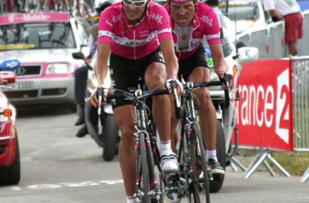 "Klöden pulls Ullrich up the final climb. Photo copyright Roadcycling.com/<A HREF=""http://www.benrossphotography.com"" TARGET=""_BLANK"">Ben Ross Photography</A>."