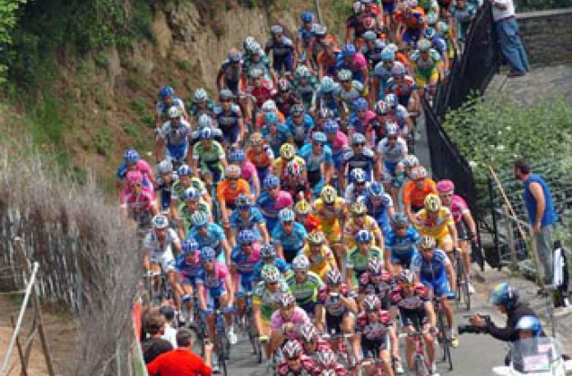 Peloton climbs. Photo copyright Fotoreporter Sirotti.