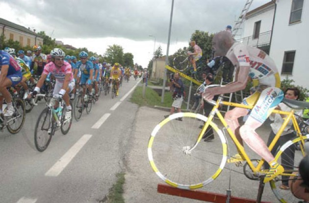 Ciao Di Luca...Ciao Pantani! Photo copyright Fotoreporter Sirotti.