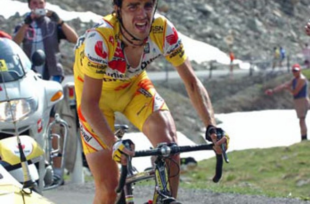Koldo Gil out of the saddle. Photo copyright Fotoreporter Sirotti.