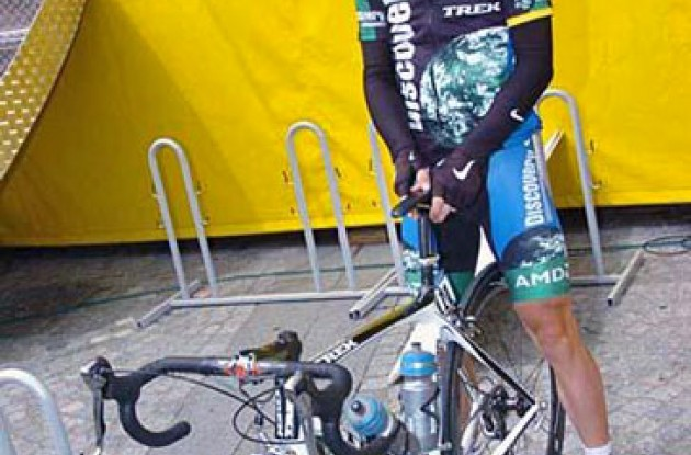 Levi Leipheimer (Team Discovery Channel) checks his bike before the start.