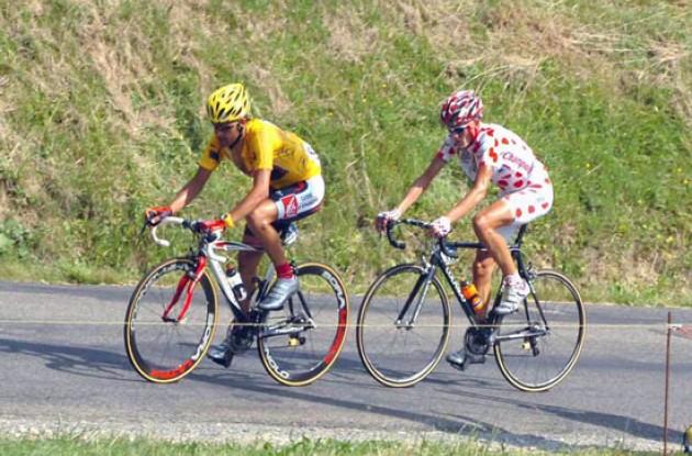 Pereiro pulls Rasmussen. Photo copyright Fotoreporter Sirotti.