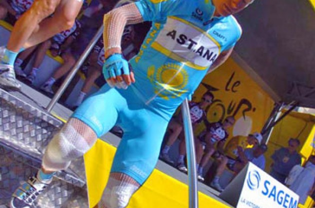 An injured Vinokourov signs in for one more day at the office.