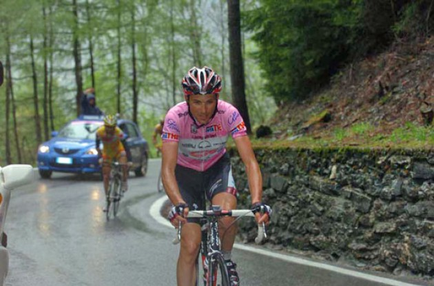 Ivan Basso working hard in the rain. Photo copyright Fotoreporter Sirotti.