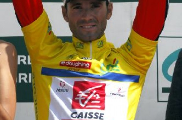Alejandro Valverde (Caisse d'Epargne) in the yellow jersey.