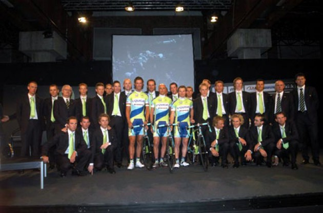 The full team in their stylish Italian outfits. Photo copyright Fotoreporter Sirotti.