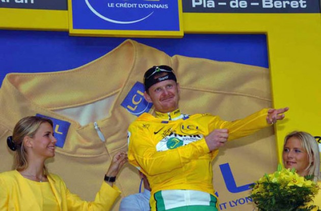 Floyd Landis (Phonak Hearing Systems - iShares) is the new man in yellow. Photo copyright Fotoreporter Sirotti.
