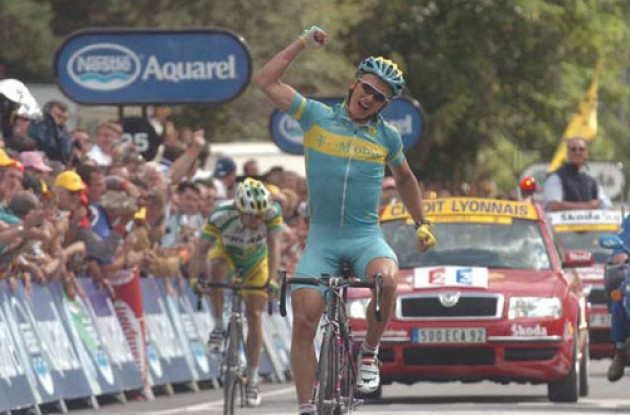 Vinokourov takes the win ahead of Botero. Photo copyright Fotoreporter Sirotti.
