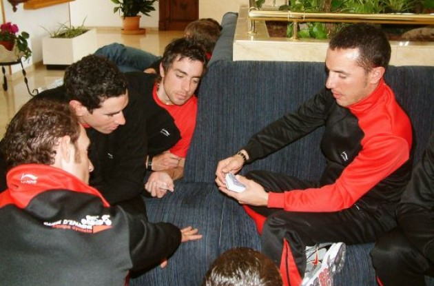 Joaquim Rodriguez shows a card trick to Valverde and co.