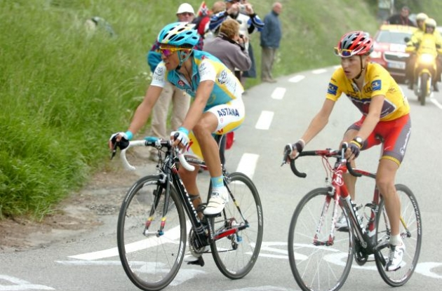 Alberto Contador and Janez Brajkovic climb. Photo copyright Fotoreporter Sirotti.