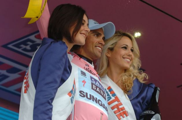 Alberto Contador is still pretty in pink - especially when flanked by these two hotties. Photo Fotoreporter Sirotti.