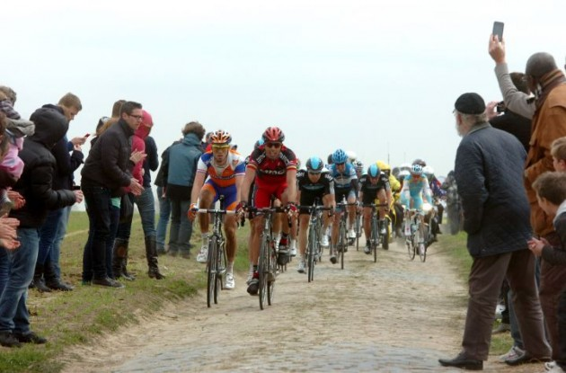 Alessandro Ballan and Lars Boom heads the group of followers. Photo Fotoreporter Sirotti.
