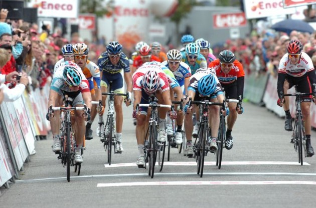Andre Greipel beats Denis Galimzyanov and Tyler Farrar in the sprint across the finish line. Photo Fotoreporter Sirotti.