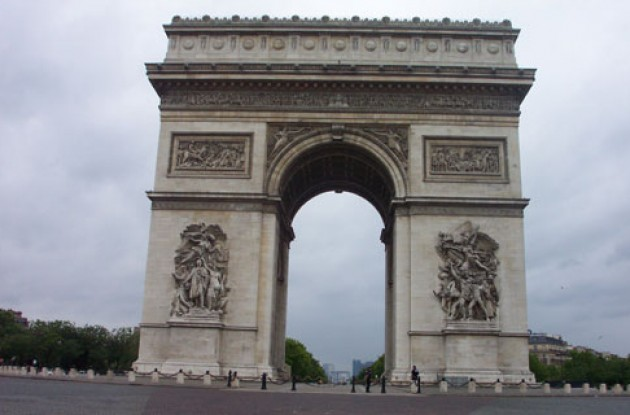 l'Arc du Triumphe awaits the riders. Photo copyright Roadcycling.com.
