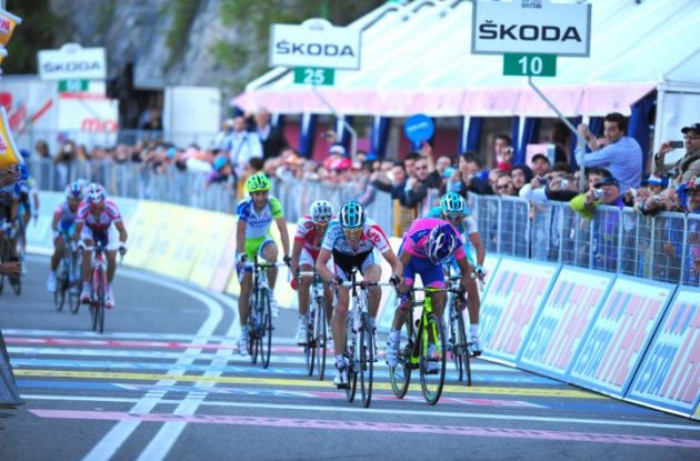 Bart de Clercq beats Michele Scarponi on the finish line. Photo Fotoreporter Sirotti.