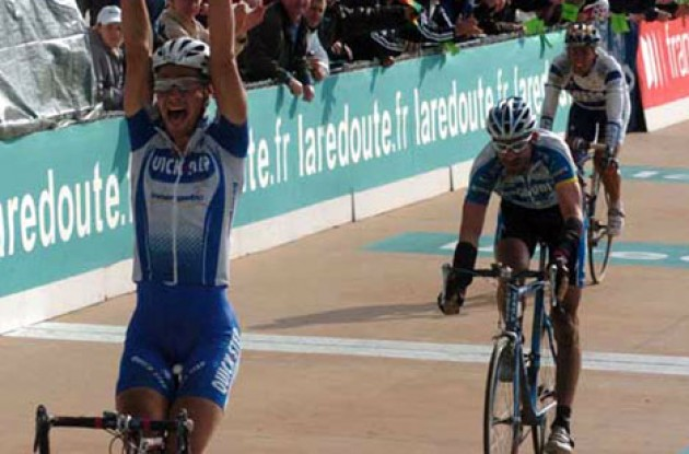 Tom Boonen takes the win ahead of George Hincapie and Juan Antonio Flecha. Photo copyright Fotoreporter Sirotti.