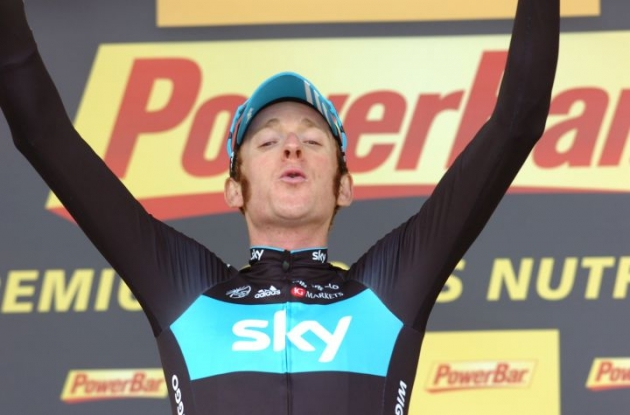 Bradley Wiggins celebrates his tour de france time trial victory on the podium. Photo Fotoreporter Sirotti.