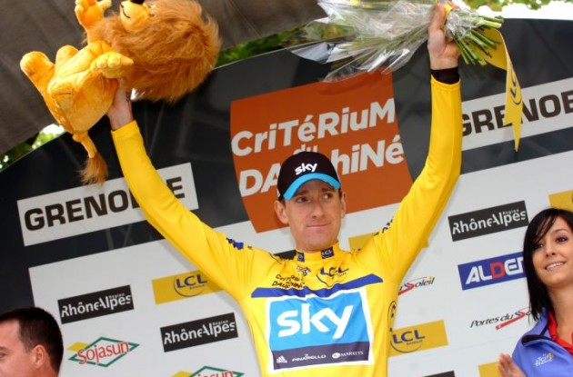 Bradley Wiggins (Team Sky Procycling) celebrates his yellow jersey on the podium. Photo Fotoreporter Sirotti.