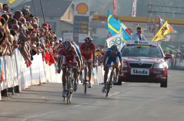 Breschel, Cunego and Valverde sprint. Photo copyright Fotoreporter Sirotti.