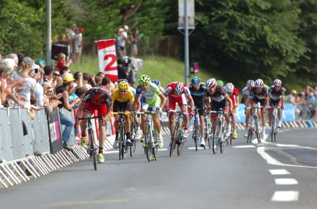 Cadel Evans leads the group of G.C. favorites in the final kilometers. Photo Fotoreporter Sirotti.
