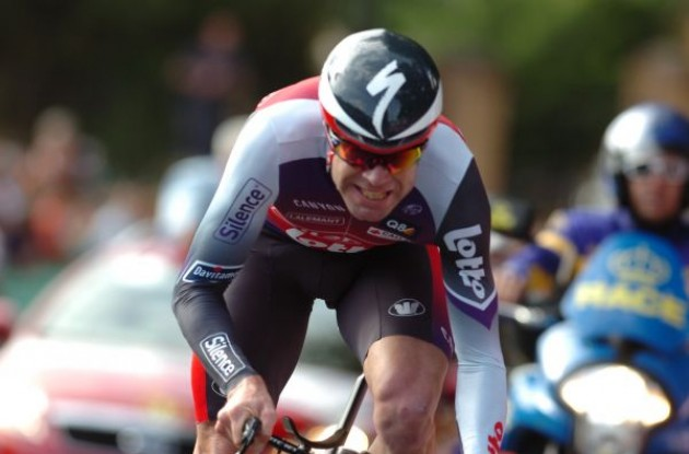 Cadel Evans powers towards the finish line. Photo copyright Fotoreporter Sirotti.
