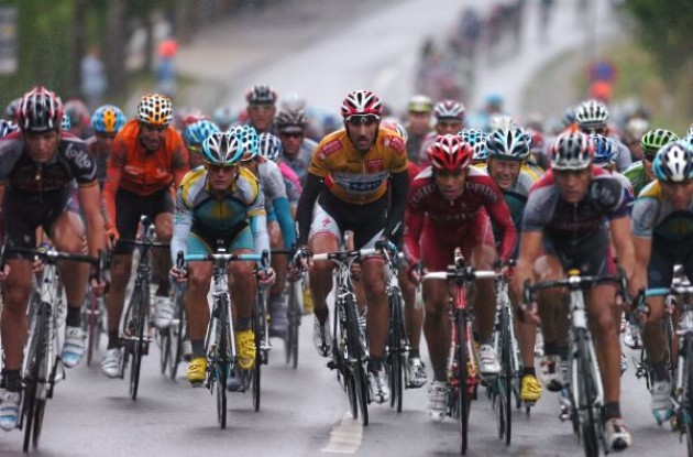 Cancellara, Vinokourov, Horner and co fight the rain. Photo copyright Fotoreporter Sirotti.
