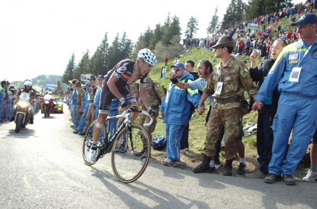 Carlos Sastre conquers Zoncolan. Photo copyright Fotoreporter Sirotti.