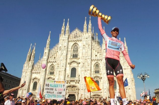 Alberto Contador raises the Giro d'Italia trophy. Photo Fotoreporter Sirotti.