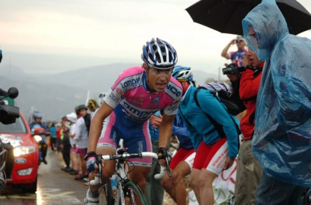 Cunego climbs. Photo copyright Fotoreporter Sirotti.
