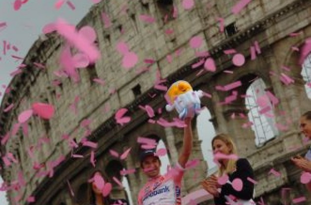 Denis Menchov on the podium in Rome. Photo copyright Fotoreporter Sirotti.