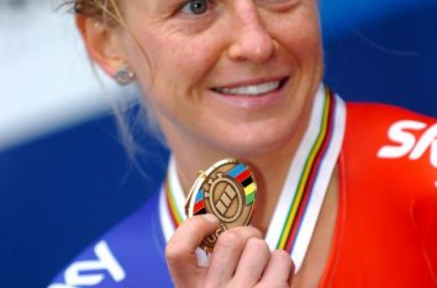Great Britain's charming and powerful Emma Pooley proudly shows her bronze medal to the press in Copenhagen, Denmark. Photo Fotoreporter Sirotti.