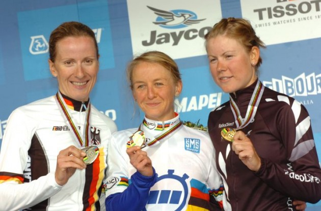 Emma Pooley, Judith Arndt and Linda Villumsen on the podium in Geelong. Photo Fotoreporter Sirotti.